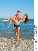 Молодая пара у моря. Стоковое фото, фотограф Литова Наталья / Фотобанк Лори