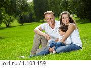 Купить «Счастливая семья», фото № 1103159, снято 9 сентября 2009 г. (c) Raev Denis / Фотобанк Лори