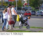 Купить «Люди стоят на переходе», эксклюзивное фото № 1104023, снято 9 сентября 2009 г. (c) lana1501 / Фотобанк Лори