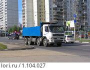"""Грузовая машина """"самосвал"""" едет по дороге (2009 год). Редакционное фото, фотограф lana1501 / Фотобанк Лори"""