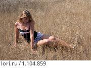 Купить «Девушка сидит на сухой траве», фото № 1104859, снято 8 августа 2009 г. (c) Сергей Шумаков / Фотобанк Лори