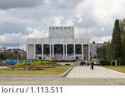 Купить «Пермский драматический театр. Сквер», эксклюзивное фото № 1113511, снято 1 сентября 2009 г. (c) Juliya Shumskaya / Blue Bear Studio / Фотобанк Лори