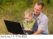 Купить «Папа и сын с ноутбуком», фото № 1114455, снято 20 сентября 2009 г. (c) Титаренко Елена / Фотобанк Лори
