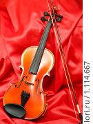 Купить «Скрипка и смычок на красном шелке», фото № 1114667, снято 23 мая 2008 г. (c) Александр Паррус / Фотобанк Лори