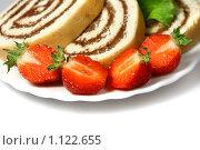 Купить «Бисквитный рулет с шоколадным кремом и клубника на тарелке», фото № 1122655, снято 7 августа 2009 г. (c) ElenArt / Фотобанк Лори