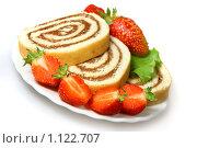 Купить «Бисквитный рулет с шоколадным кремом и клубника на тарелке», фото № 1122707, снято 7 августа 2009 г. (c) ElenArt / Фотобанк Лори
