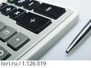 Купить «Калькулятор и ручка», фото № 1126019, снято 18 сентября 2008 г. (c) Роман Бородаев / Фотобанк Лори