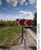 Дорожный знак - направление объезда. Стоковое фото, фотограф Коротеев Сергей / Фотобанк Лори