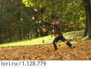 Купить «Ребенок в листьях», фото № 1128779, снято 3 октября 2009 г. (c) Юля Тюмкая / Фотобанк Лори