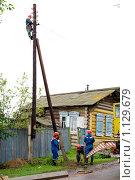 Купить «Электромонтер верхолаз», фото № 1129679, снято 22 июля 2009 г. (c) Александр Подшивалов / Фотобанк Лори