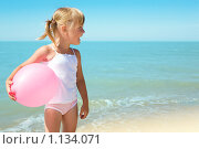 Купить «Девочка на берегу моря», фото № 1134071, снято 20 августа 2009 г. (c) Анатолий Типляшин / Фотобанк Лори