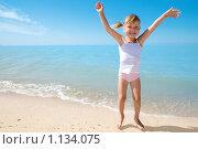 Купить «Девочка на берегу моря», фото № 1134075, снято 20 августа 2009 г. (c) Анатолий Типляшин / Фотобанк Лори