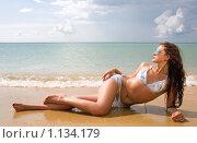 Красивая девушка на пляже. Стоковое фото, фотограф Анатолий Типляшин / Фотобанк Лори