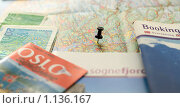 Карта Норвегии, справочники и норвежские кроны (2009 год). Редакционное фото, фотограф Олег Федулов / Фотобанк Лори