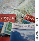 Карта Норвегии, норвежские Кроны, справочники (2009 год). Редакционное фото, фотограф Олег Федулов / Фотобанк Лори