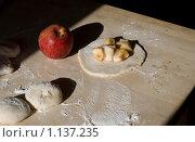Купить «Приготовление пирогов. Яблоко, начинка.», фото № 1137235, снято 19 августа 2009 г. (c) Ann Perova / Фотобанк Лори