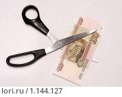 Ножницы и бумажные деньги. Стоковое фото, фотограф Иван Новиков / Фотобанк Лори