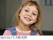 Улыбающаяся девочка. Стоковое фото, фотограф Смирнов Владимир / Фотобанк Лори