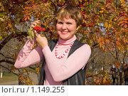 Купить «Женщина с рябиной», фото № 1149255, снято 11 октября 2009 г. (c) Типляшина Евгения / Фотобанк Лори