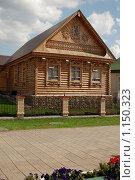 Деревянный дом на кирпичном фундаменте. Стоковое фото, фотограф Кузькин Владимир / Фотобанк Лори