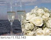 Купить «Бокалы с шампанским и букет роз», фото № 1152143, снято 16 августа 2018 г. (c) Георгий Солодко / Фотобанк Лори