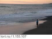 Мальчик стоит на берегу и смотрит на море. Стоковое фото, фотограф Георгий Солодко / Фотобанк Лори
