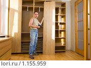 Купить «Мужчина собирает шкаф», фото № 1155959, снято 12 июля 2009 г. (c) Куликов Константин / Фотобанк Лори