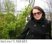 Красивая девушка на фоне кустов. Стоковое фото, фотограф Анатолий Вороничев / Фотобанк Лори