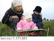Купить «Чтение на природе», фото № 1171851, снято 7 октября 2009 г. (c) Антон Корнилов / Фотобанк Лори