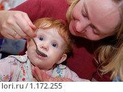 Купить «Мама кормит малыша с ложки», фото № 1172255, снято 4 сентября 2009 г. (c) Дмитрий Калиновский / Фотобанк Лори
