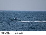 Катер несется по морю, Дубровник, Хорватия (2009 год). Редакционное фото, фотограф Сергей Бесчастный / Фотобанк Лори