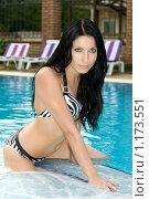 Купить «Брюнетка в бассейне», фото № 1173551, снято 4 июля 2009 г. (c) Сергей Сухоруков / Фотобанк Лори