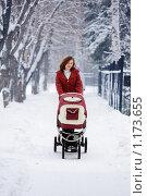 Купить «Молодая мама с коляской», фото № 1173655, снято 15 декабря 2008 г. (c) Алена Роот / Фотобанк Лори
