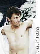 Купить «Привлекательный молодой мужчина с обнаженным торсом», фото № 1173899, снято 17 октября 2009 г. (c) Paul Bee / Фотобанк Лори