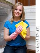 Купить «Девушка моет холодильник», фото № 1174211, снято 26 октября 2009 г. (c) GANG / Фотобанк Лори
