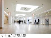 Купить «Белый зал офисного центра», фото № 1175455, снято 17 октября 2008 г. (c) Бабенко Денис Юрьевич / Фотобанк Лори