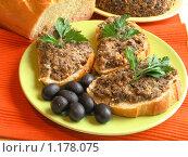 Купить «Бутерброды с домашней грибной икрой», эксклюзивное фото № 1178075, снято 31 августа 2006 г. (c) Наталия Шевченко / Фотобанк Лори