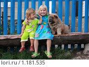 Дети на скамейке (2009 год). Редакционное фото, фотограф Ольга Зарубина / Фотобанк Лори