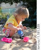 Девочка играет в песочнице. Стоковое фото, фотограф Ольга Зарубина / Фотобанк Лори