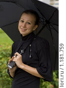 Купить «Девушка в черном платье с черным зонтом улыбается», фото № 1181759, снято 21 июня 2009 г. (c) Алексей Росляков / Фотобанк Лори