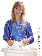 Купить «Девушка стирает шерстяной свитер в тазике, смотрит в кадр, изолировано на белом фоне», фото № 1182239, снято 29 октября 2009 г. (c) Ярослав Крючка / Фотобанк Лори