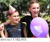 Брат и сестра с воздушным шариком (2005 год). Редакционное фото, фотограф Ниязова Светлана / Фотобанк Лори