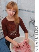 Купить «Девушка стирает в ванной комнате шерстяной свитер в тазике, смотрит в кадр», фото № 1182927, снято 29 октября 2009 г. (c) Ярослав Крючка / Фотобанк Лори
