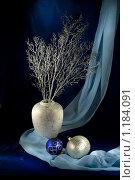 Купить «Белая ваза и новогодние украшения на синем фоне», фото № 1184091, снято 13 февраля 2009 г. (c) Афанасьева Ольга / Фотобанк Лори
