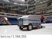 Купить «Ледозаливочная машина подготавливает ледовую арену», фото № 1184355, снято 25 марта 2008 г. (c) Сергей Лаврентьев / Фотобанк Лори