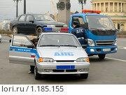 Купить «Сотрудники ДПС эвакуируют автомобиль», фото № 1185155, снято 9 ноября 2008 г. (c) Vladimir Kolobov / Фотобанк Лори