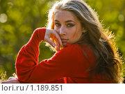 Купить «Девушка в красном», фото № 1189851, снято 9 октября 2009 г. (c) Вероника Галкина / Фотобанк Лори