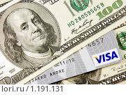 Кредитная карточка и 100 долларовая культура (2009 год). Редакционное фото, фотограф Андрей Цалко / Фотобанк Лори