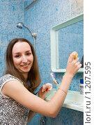 Девушка чистит зеркало. Стоковое фото, фотограф Ольга Богданова / Фотобанк Лори