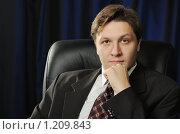 Купить «Портрет бизнесмена на темном фоне», фото № 1209843, снято 8 ноября 2009 г. (c) Сергей Галушко / Фотобанк Лори